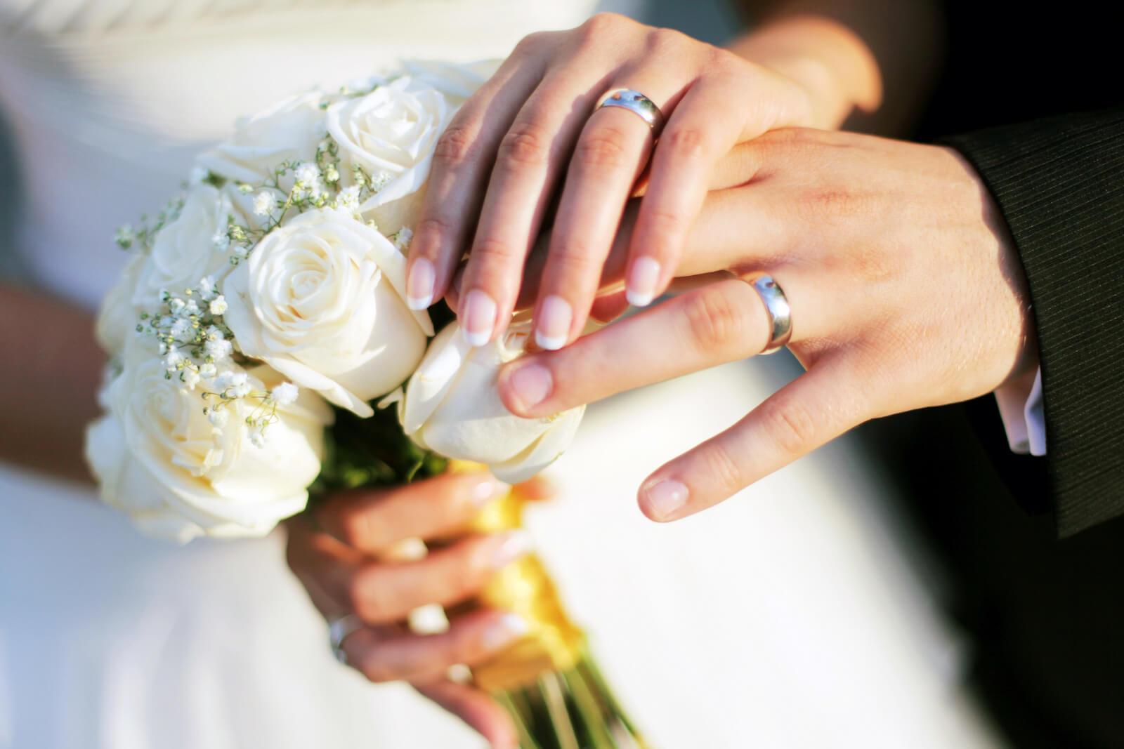 Co si nechat vyrýt na snubní prsteny?