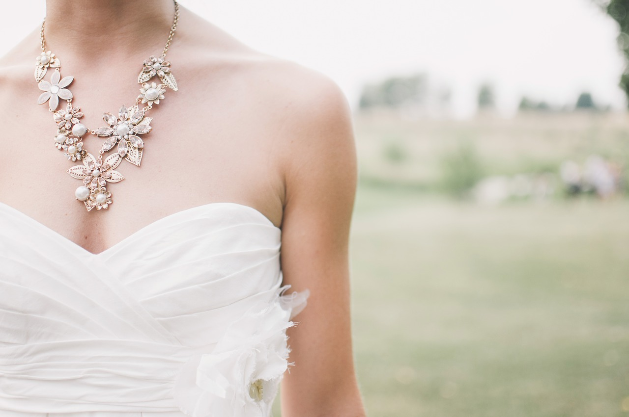 Jak vybrat šperky ke svatebním šatům?