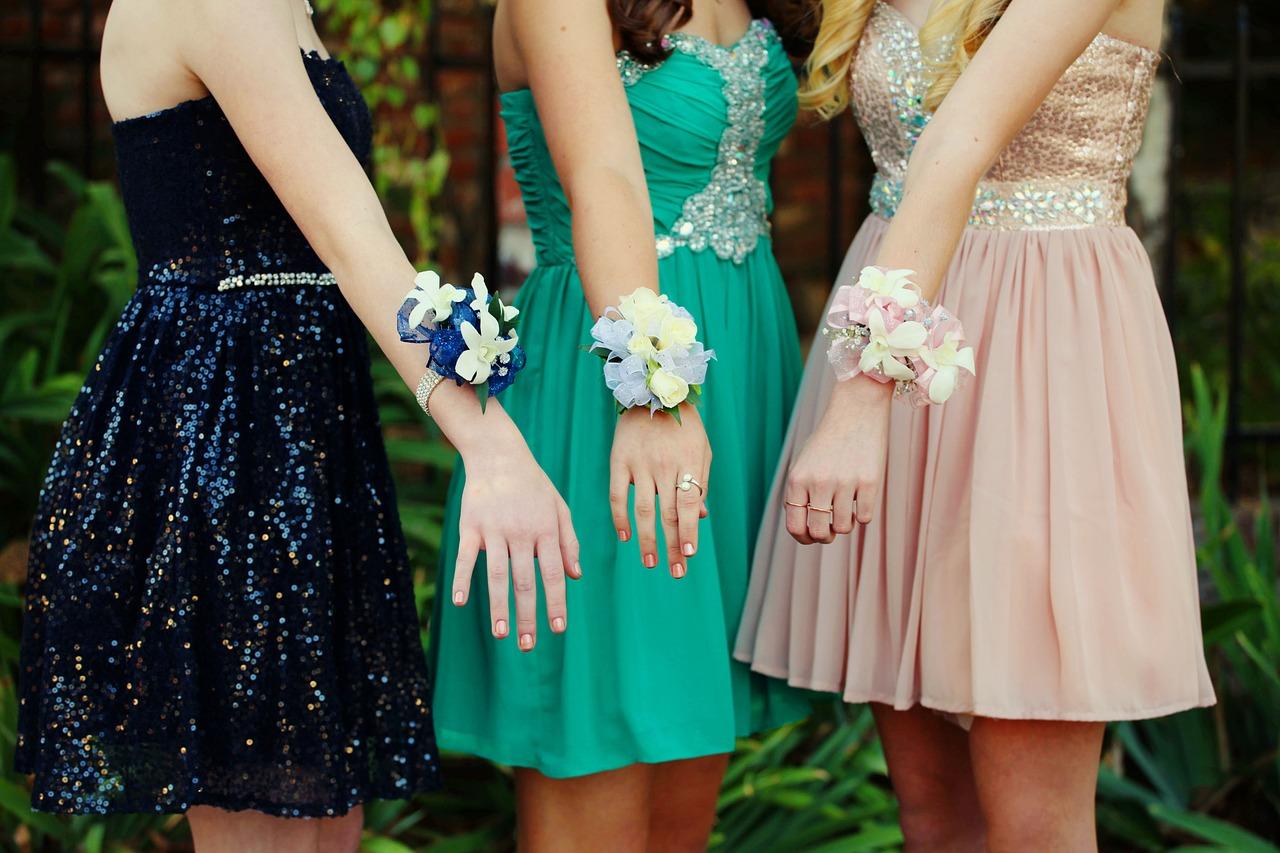 Jaké šperky k plesovým šatům?